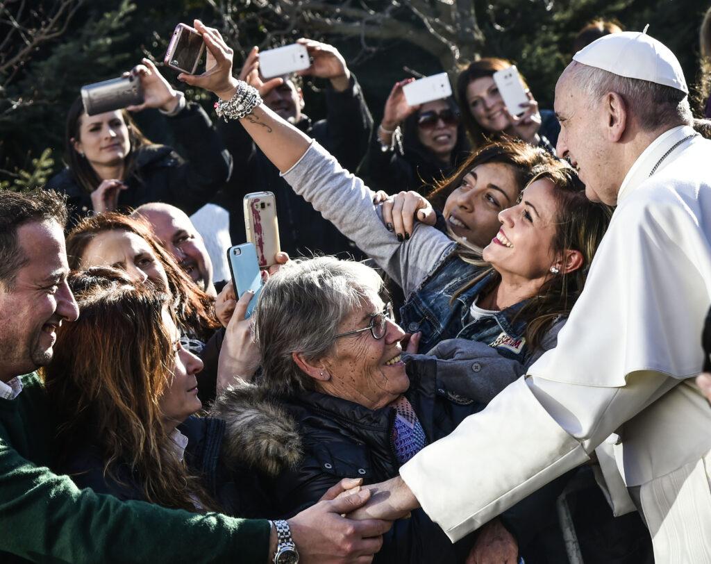Roma 19 Febbraio 2017 Papa Francesco va in visita nella parrocchia di Santa Josefa a Ponte di Nona,Selfie