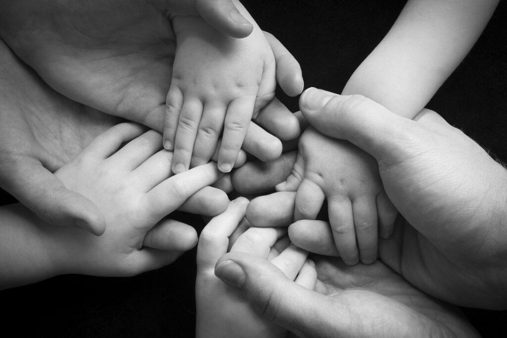 famiglia-stretta-mani-per-sito-1-1024x683